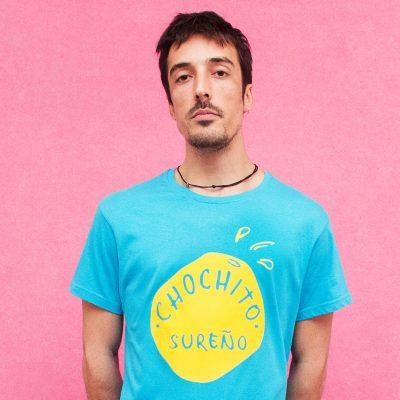 Camiseta de color azul con un lago amarillo creada por Sirocografia